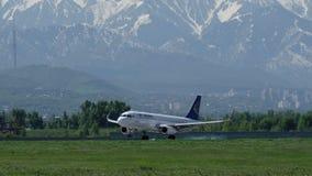 Airbus A320 d'Air Astana est arrivé à l'aéroport international d'Almaty banque de vidéos