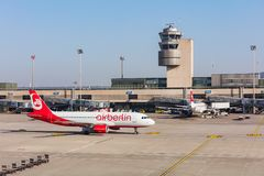 Airbus A320-214 d'Air Berlin roulant au sol à l'aéroport de Zurich Images libres de droits