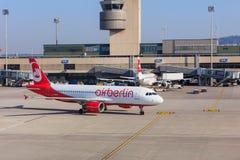 Airbus A320 d'Air Berlin roulant au sol dans l'aéroport de Zurich Image stock