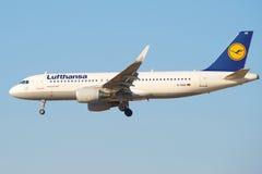 Airbus A320-214 (D-AIUE) von Fluglinie Lufthansa-Nahaufnahme auf Endanflug Stockfotos