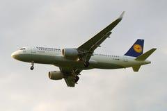 Airbus A320-214 D-AIUI die Fluglinie Lufthansa-Nahaufnahme, bewölkter Himmel Lizenzfreie Stockbilder