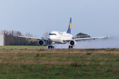 Airbus A319-100 da linha aérea Lufthansa decola do aeroporto internacional Fotos de Stock