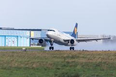 Airbus A319-100 da linha aérea Lufthansa decola do aeroporto internacional Imagens de Stock