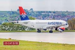 Airbus A319 da Sérvia do ar na pista de decolagem antes da decolagem Fotografia de Stock Royalty Free