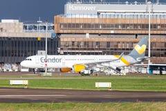 Airbus A 321 dal condor di linea aerea guida sull'aeroporto alla pista Fotografia Stock