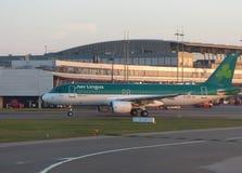 Airbus A320 dans l'aéroport de Luton Photographie stock libre de droits