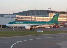 Airbus A320 dans l'aéroport de Luton Image stock