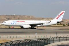 Airbus A330-200 das linhas aéreas de Air Europa que taxiing no aeroporto de Barajas Adolfo Suarez do Madri Imagem de Stock Royalty Free