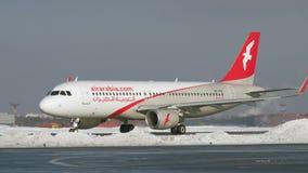 Airbus A320 de Air Arabia que taxiing no aeroporto de Moscou, opinião do inverno filme