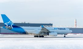 Airbus 330 de Airtransat sobre el aeropuerto de Trudeau en Canadá imagenes de archivo