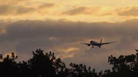 Airbus A330-243 de China Eastern Airlines que se acerca al aeropuerto metrajes