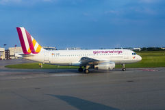 Airbus A319 de Germanwings que taxiing no aeroporto de Hamburgo Imagens de Stock Royalty Free