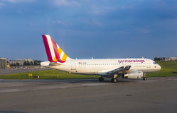 Airbus A319 de Germanwings que taxiing no aeroporto de Hamburgo Imagem de Stock Royalty Free