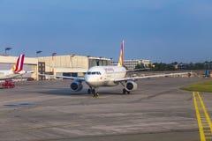 Airbus A319 de Germanwings roulant au sol à l'aéroport de Hambourg Photographie stock libre de droits