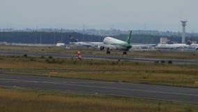 Airbus A320-214 de l'atterrissage d'Iraqi Airways banque de vidéos