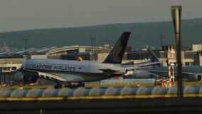 Airbus A380-841 de l'atterrissage de Singapore Airlines banque de vidéos