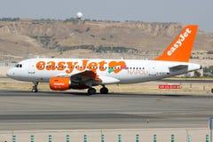 Airbus A320 de la línea aérea de Easyjet que lleva en taxi en el aeropuerto de Madrid Barajas Adolfo Suarez Imagen de archivo
