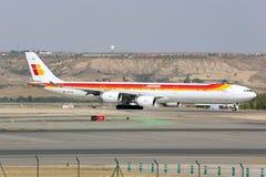 Airbus A340-642 de la línea aérea de Iberia que lleva en taxi en el aeropuerto de Madrid Barajas Adolfo Suarez Fotografía de archivo libre de regalías