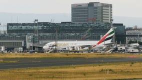 Airbus A380 de las líneas aéreas de los emiratos monta el último terminal almacen de metraje de vídeo