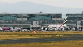 Airbus A380 de las líneas aéreas de los emiratos monta el último terminal metrajes