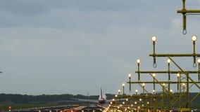 Airbus A320 de las tierras fáciles de las líneas aéreas del jet en pista iluminada metrajes