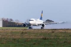 Airbus A319-100 de ligne aérienne Lufthansa décolle de l'aéroport international Photos stock