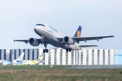 Airbus A319-100 de ligne aérienne Lufthansa décolle de l'aéroport international Photos libres de droits