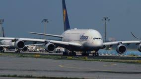 Airbus A380 de los taxis de las líneas aéreas de Lufthansa almacen de metraje de vídeo