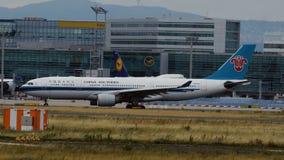Airbus de roulement sur le sol A330-223 à Francfort banque de vidéos