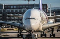 Airbus A380 de Thai Airways que mueve encendido la pista de rodaje en grúa fotografía de archivo libre de regalías
