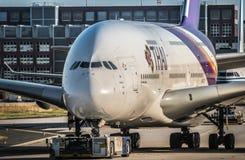 Airbus A380 de Thai Airways que mueve encendido la pista de rodaje en grúa imágenes de archivo libres de regalías