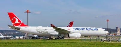 Airbus A330-300 de Turkish Airlines à l'aéroport de Zurich Photographie stock libre de droits