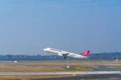 Airbus A321 de Turkish Airlines au démarrage Image libre de droits