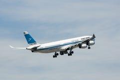 Airbus A340 decola Foto de Stock Royalty Free