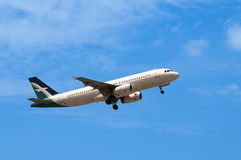 Airbus A320 decola Fotos de Stock