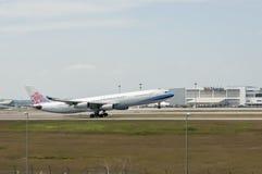 Airbus A340 decola Imagens de Stock Royalty Free
