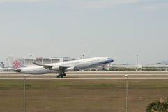 Airbus A340 decola Fotos de Stock