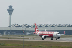Airbus A320 decola Imagens de Stock