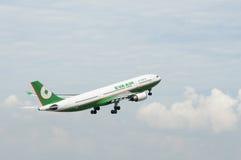 Airbus A330 decola Fotografia de Stock Royalty Free