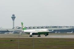 Airbus A330 decola Imagens de Stock Royalty Free
