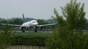 Airbus A320 del aterrizaje de Air Astana en el aeropuerto de Almaty almacen de video