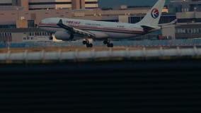 Airbus A330-243 del aterrizaje de China Eastern Airlines almacen de metraje de vídeo