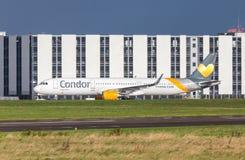 Airbus A 321 del cóndor de la línea aérea conduce en aeropuerto a la pista Fotos de archivo libres de regalías