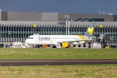 Airbus A 321 del cóndor de la línea aérea conduce en aeropuerto a la pista Fotografía de archivo libre de regalías