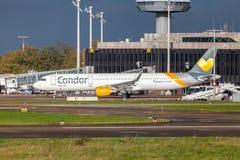 Airbus A 321 del cóndor de la línea aérea conduce en aeropuerto a la pista Imagen de archivo libre de regalías