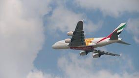 Airbus A380 del despegue de las líneas aéreas de los emiratos almacen de metraje de vídeo