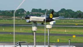Airbus A320 delle linee aeree di Eurowings - atterraggio della livrea di Borussia Dortmund archivi video