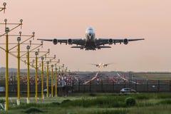 Airbus A380, der an der Dämmerung sich entfernt Stockfotografie