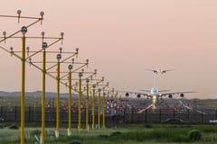 Airbus A380, der an der Dämmerung sich entfernt Lizenzfreie Stockbilder