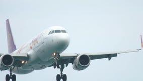Airbus 320, der an Phuket-Flughafen landet stock video